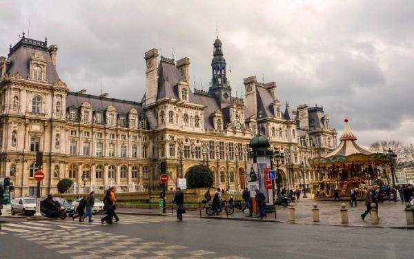 На фасаді паризької мерії розмістять фото Сенцова