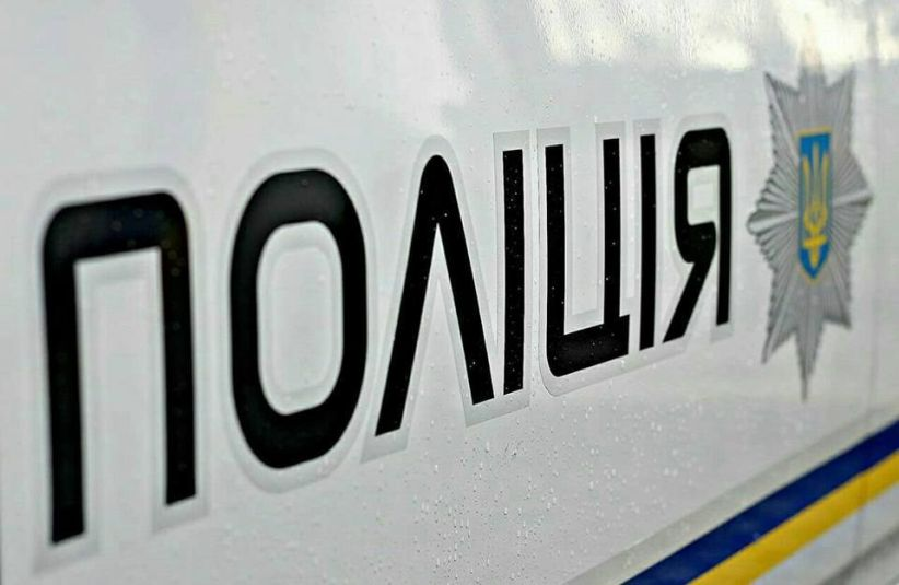 На Хотинщині мати напала на сина з ножем: спочатку обоє добряче випили