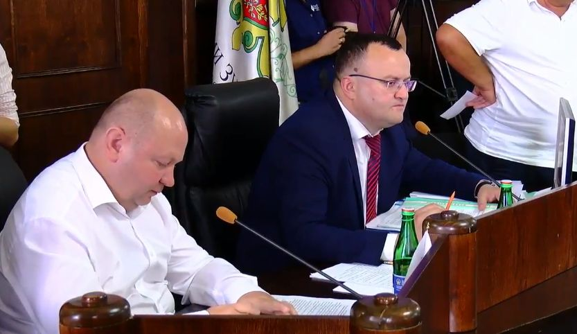 """Сесія Чернівецької міськради: чернівчани скандують """"Продана геть!"""""""