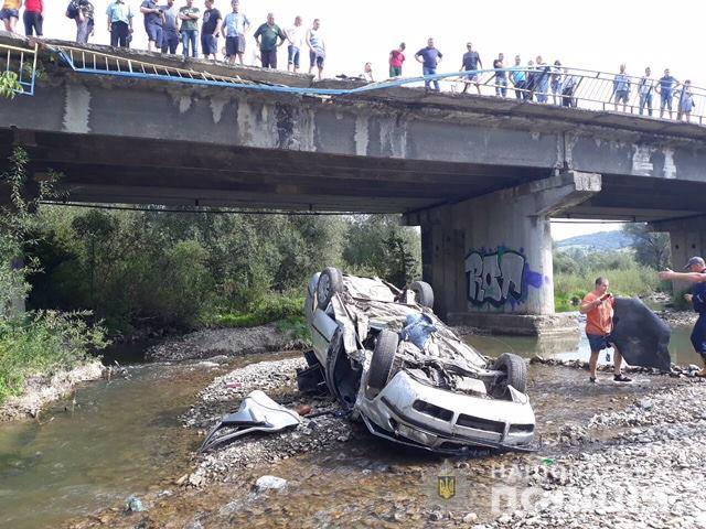 На Львівщині автівка впала з мосту, є постраждалі (фото)