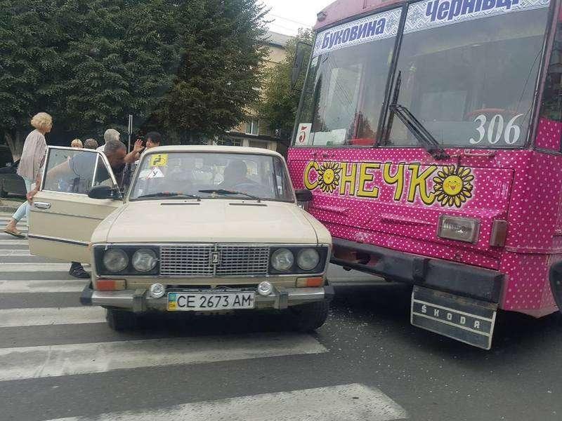 У Чернівцях зіткнулися тролейбус та легковик: постраждалих немає