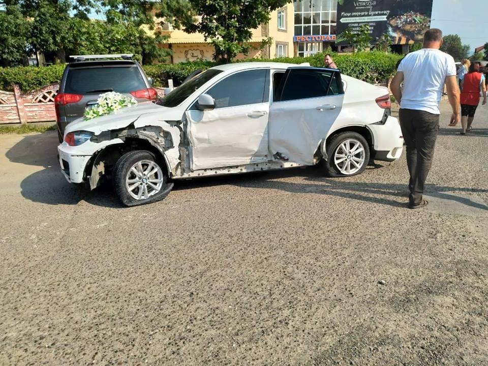 Поблизу Чернівців зіткнулися Hundai та BMW X6, жертв немає