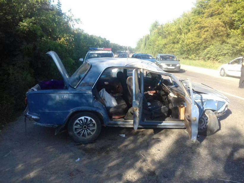 ДТП на Хотинщині: одна з автівок перекинулася, постраждали люди