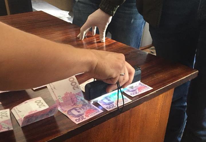 СБУ: У Чернівцях на хабарі затримали держвиконавця