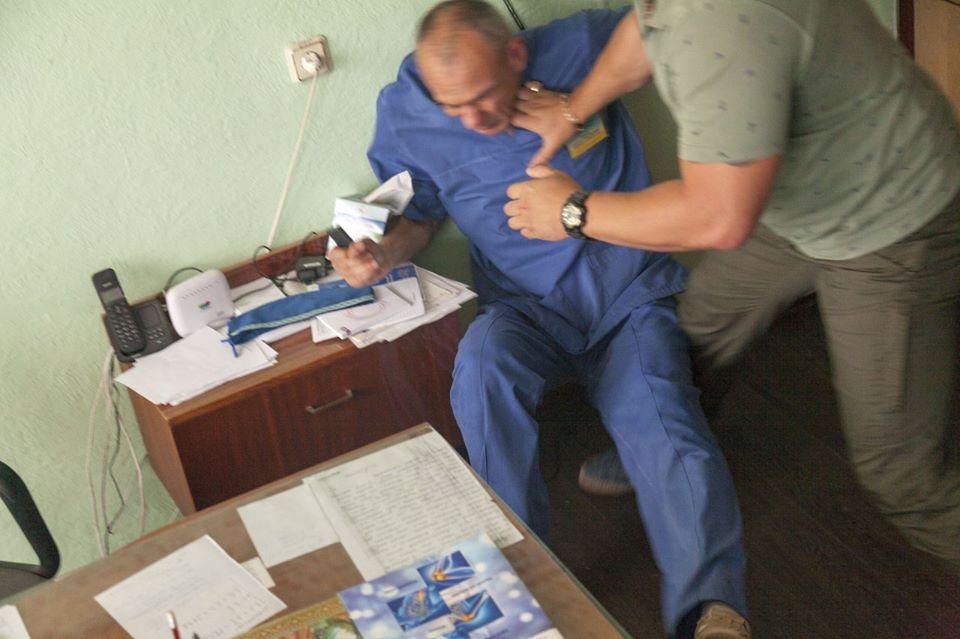 Невдоволений лікуванням чоловік зламав лікарю ребра
