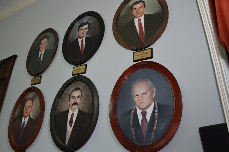 Продан хотів зняти зі стін сесійної зали портрети Чернівецьких міських голів – Каспрук