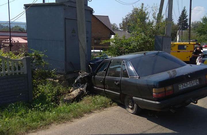 """У Чернівцях водій """"Ауді"""" врізався в стовп і пішки втік з місця ДТП"""