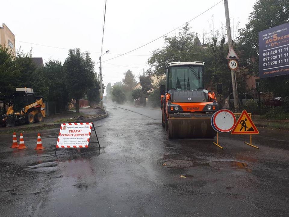 В дощ та з порушенням технологій: у Чернівцях завершили асфальтування частини вулиці Щербанюка