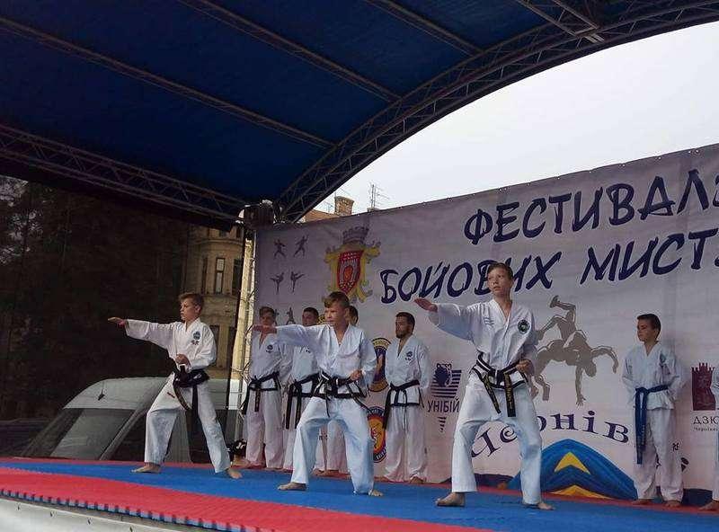 У Чернівцях на фестивалі вправлялися у бойових мистецтвах