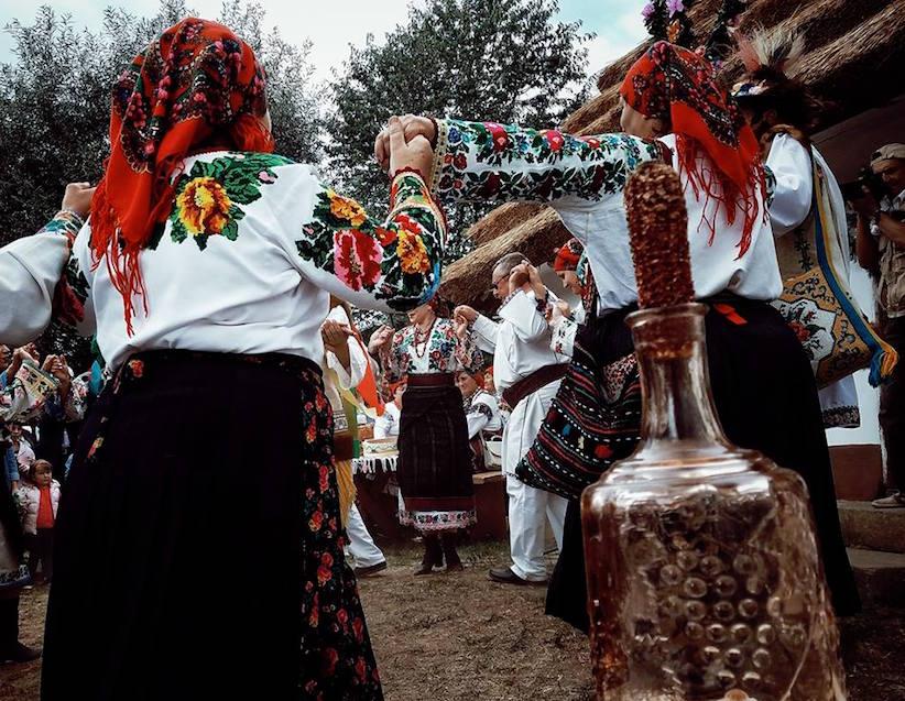 """Бояри, """"шандрам"""", """"приноси"""" – у Чернівцях відтворили автентичні обряди весілля"""