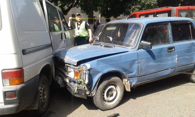 У Чернівцях п'яний водій протаранив 9 автівок: постраждалих немає