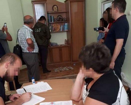 На Буковині затримали на хабарі чиновницю Держслужби з контролю за наркотиками