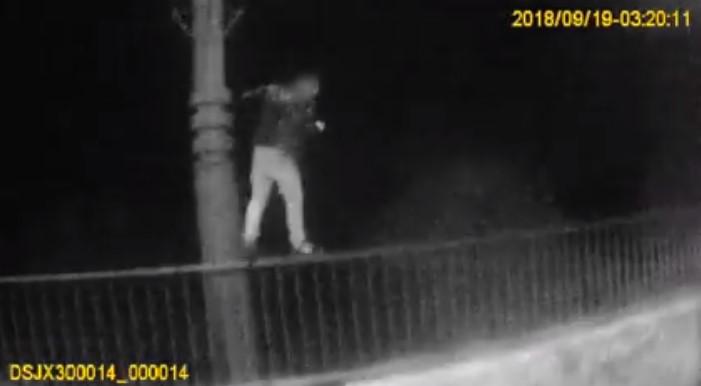 У Чернівцях патрульні врятували чоловіка, який хотів кинутися з мосту (відео)