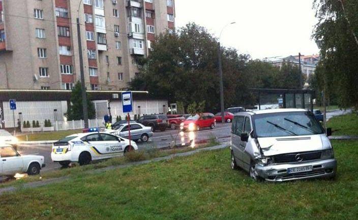 ДТП у Чернівцях: на вулиці Воробкевича зіткнулися мікравтобус і таксі