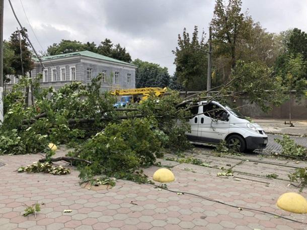 В Одесі шквальний вітер повалив дерева, постраждав мікроавтобус телекомпанії