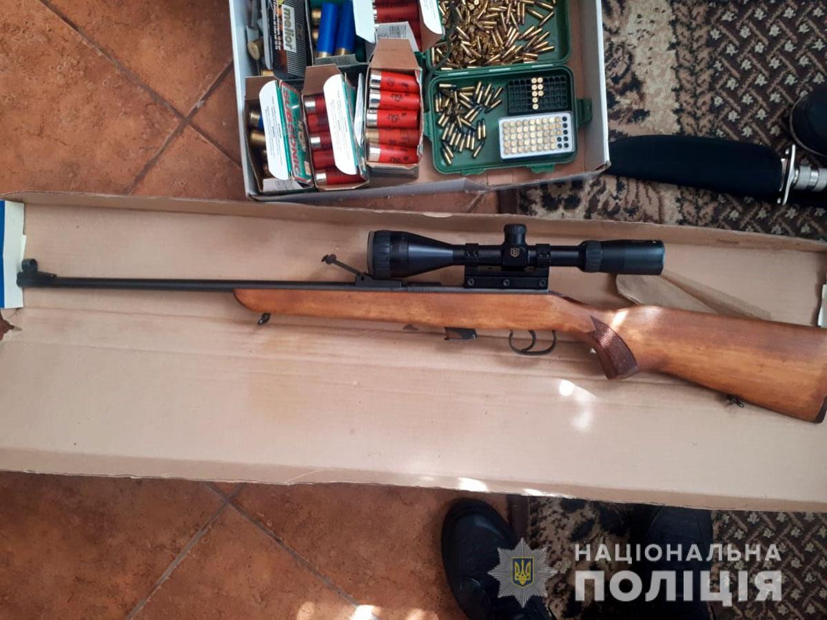 Гвинтівка, пістолет, карабін, граната і ножі: поліція вилучила у буковинців незаконну зброю
