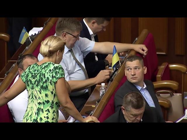 Парламентарям роздали газету про ситуацію у Чернівцях