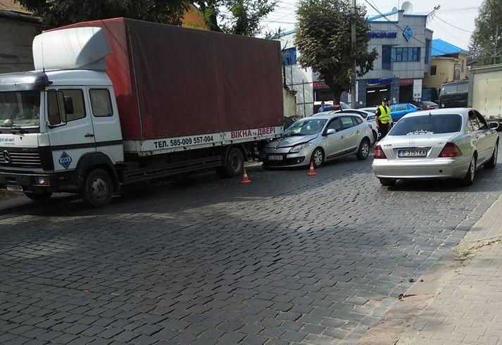 ДТП на Чкалова у Чернівцях: легковик врізався у вантажівку