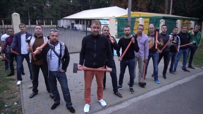 У Чернівцях активісти вимагають заборонити Ярославу Петришину будувати кафе в парку (відео)