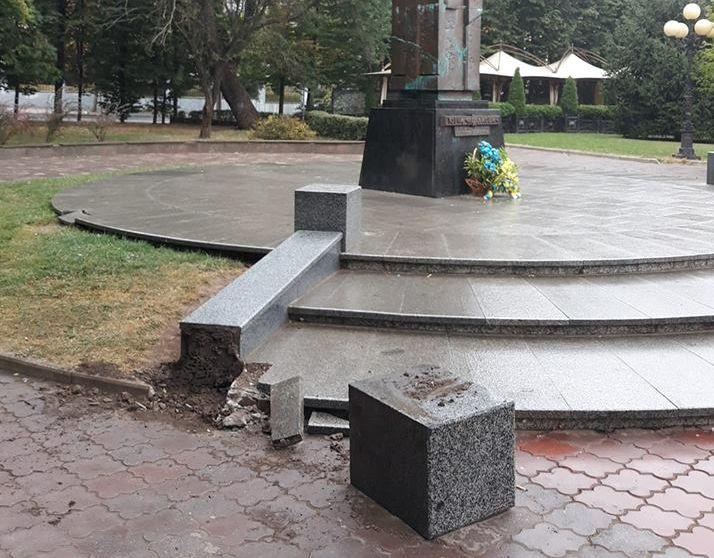 У Чернівцях пошкодили конструкції біля пам'ятника Федьковичу