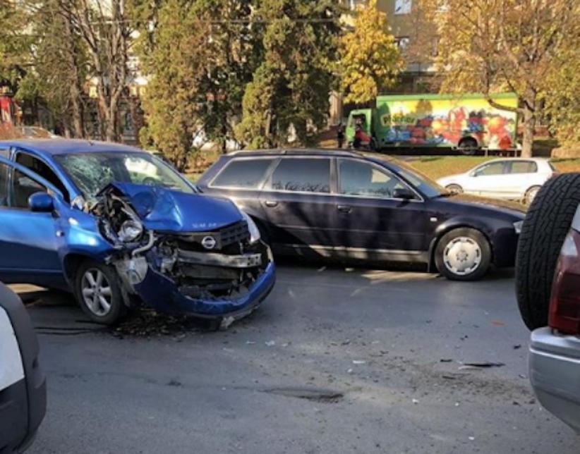 ДТП на проспекті у Чернівцях: у мережі виклали стрім моменту аварії