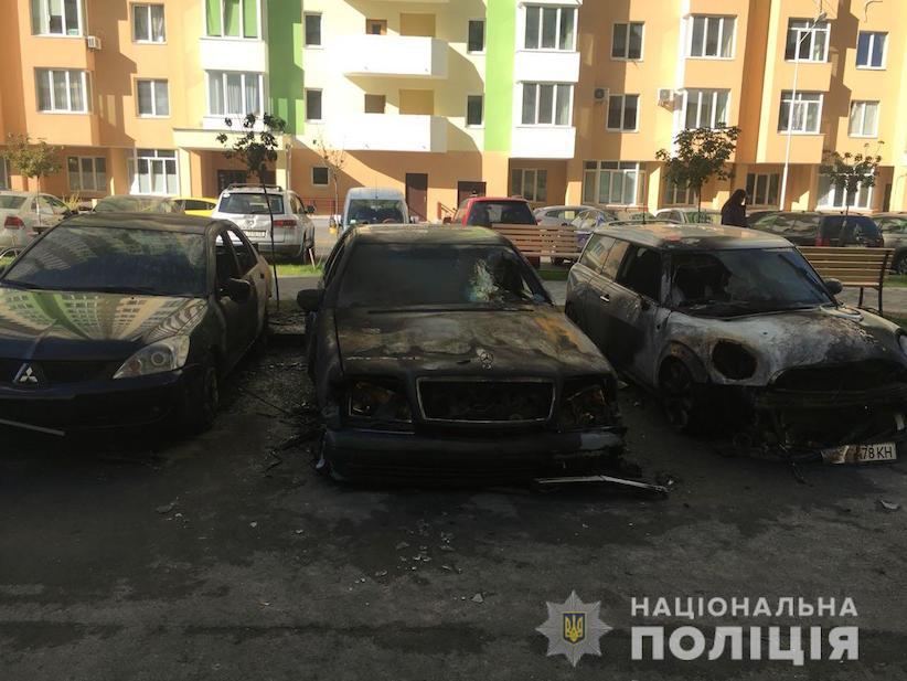 Під Києвом спалили 7 автівок, частина з них – власність чиновниці (відео)