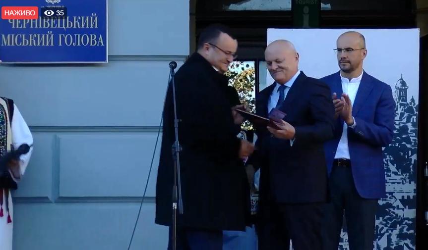 Чернівцям – 610: Микола Федорук вручив Олексію Каспруку нагороду від Кабміну