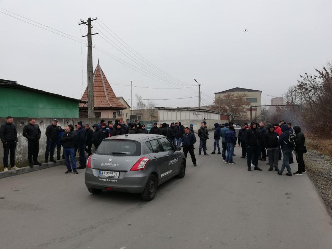 """На Прикарпатті власники """"євроблях"""" палили шини біля митного посту"""