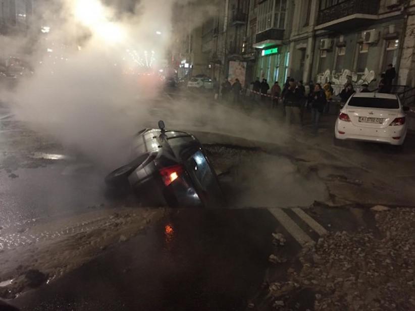 У столиці прорвало трубу: автомобіль провалився в яму, вулицю затопило гарячою водою (відео)