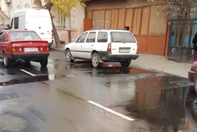 У Чернівцях на нещодавно відремонтованій вулиці Ірини Вільде стався прорив труби
