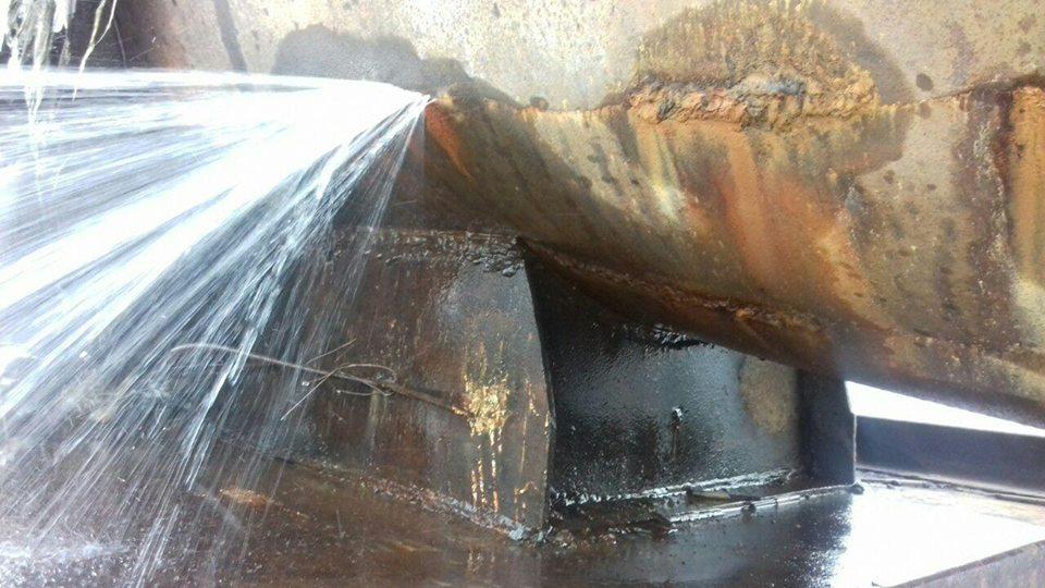Діряву трубу залатали: витік води в селі Біла припинено (фото)