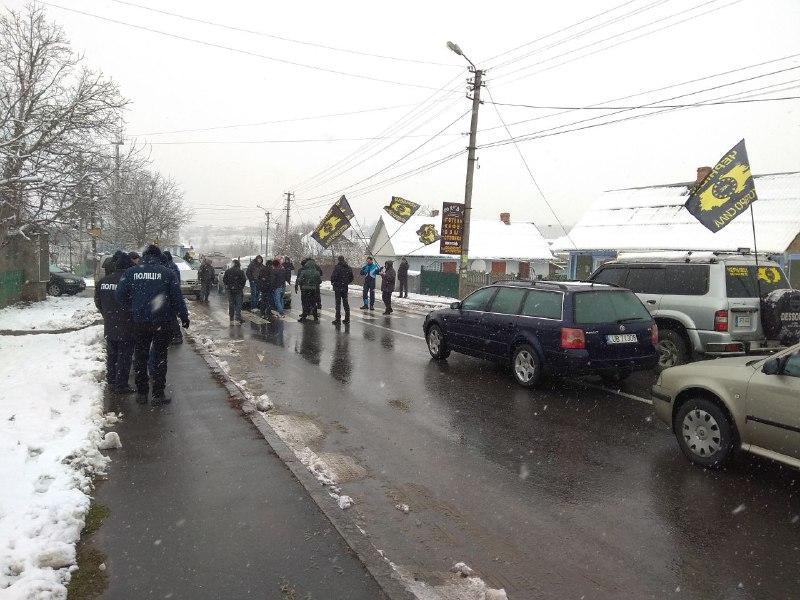 """На межі Чернівецької і Хмельницької областей водії """"євроблях"""" перекрили рух"""