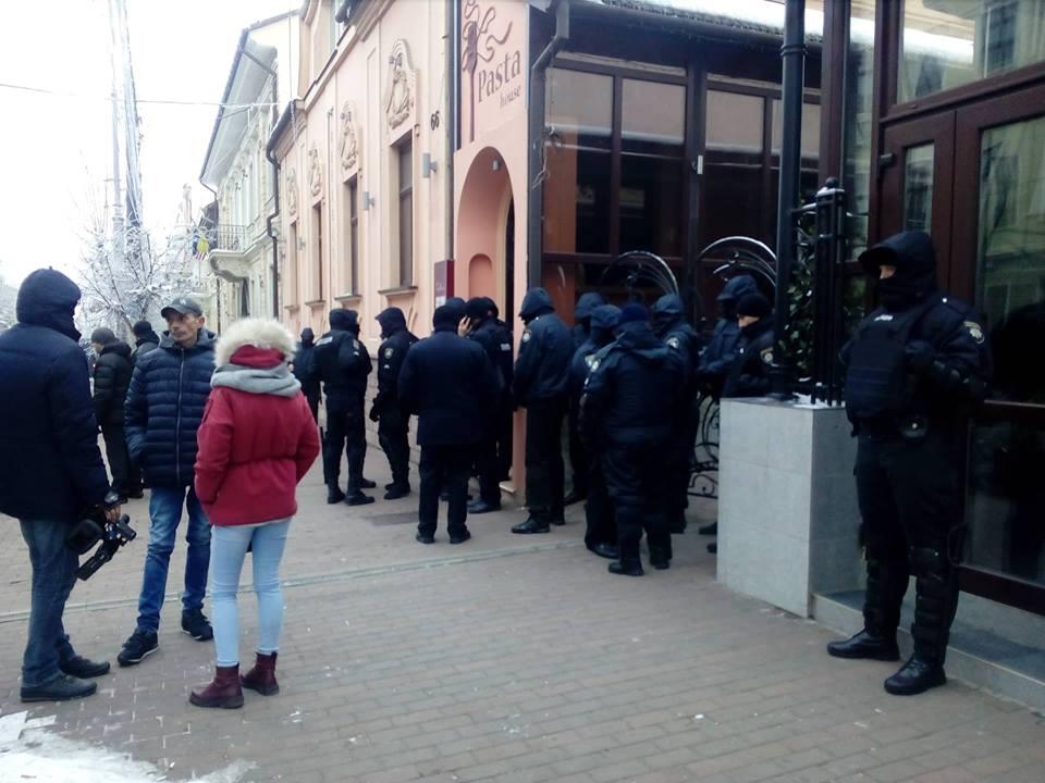 У Чернівцях співробітники поліції охорони заблокували приміщення кафе