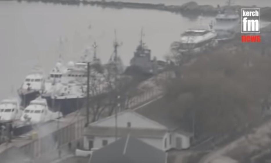 Захоплені українські кораблі знаходяться у порту Керчі (відео)
