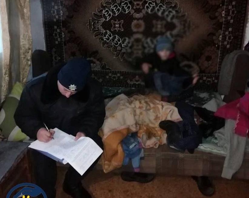 На Буковині горе-мама не з'являлася вдома декілька днів, дитина була сама