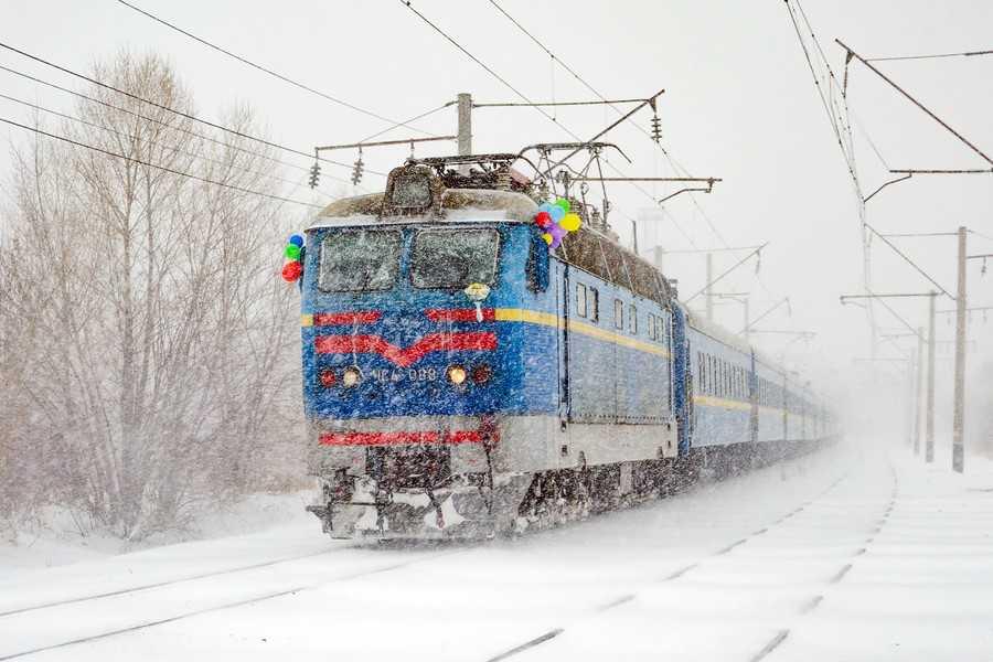 Укрзалізниця: Снігопад заблокував два пасажирські потяги