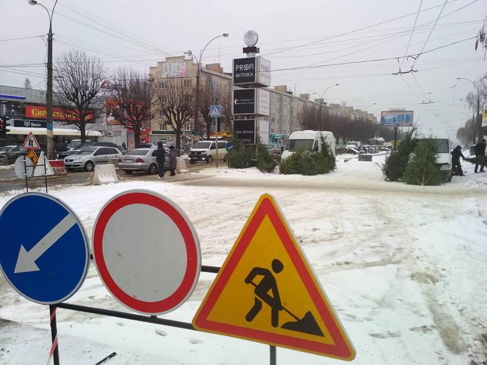 """""""Нова влада"""" господарює: у Чернівцях продають ялинки на розритому ремонтниками проспекті"""