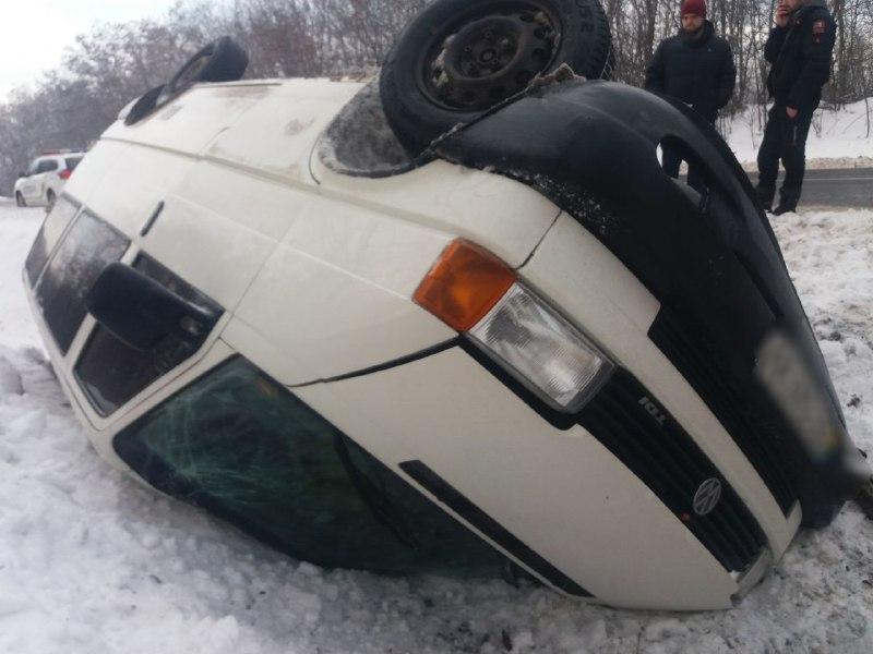 ДТП в Динівцях: через ожеледицю перекинувся мікроавтобус