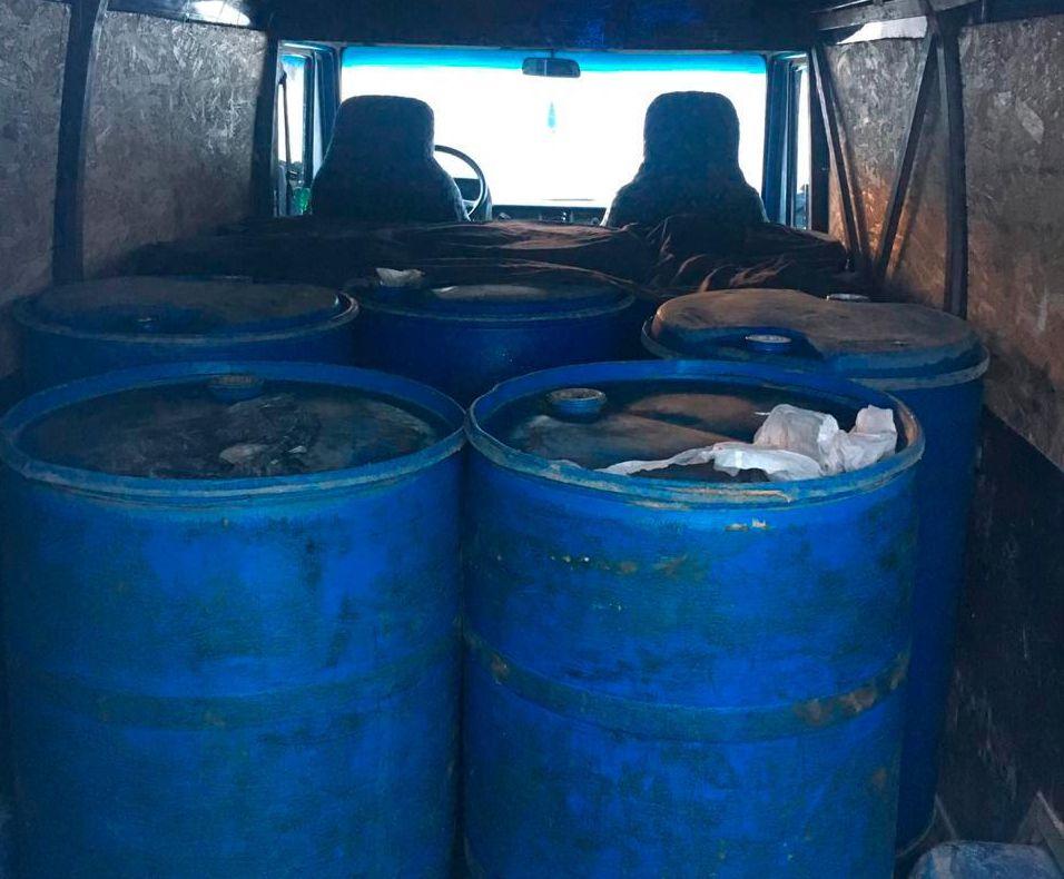 На Буковині поліцейські зупинили автівку з нелегальним спиртом