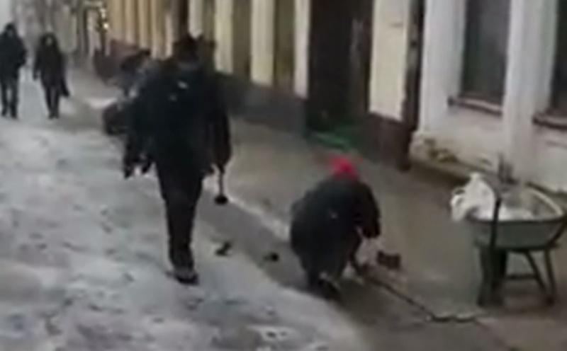 У Чернівцях на вулиці О. Кобилянської у снігопад встановлюють тротуарну плитку