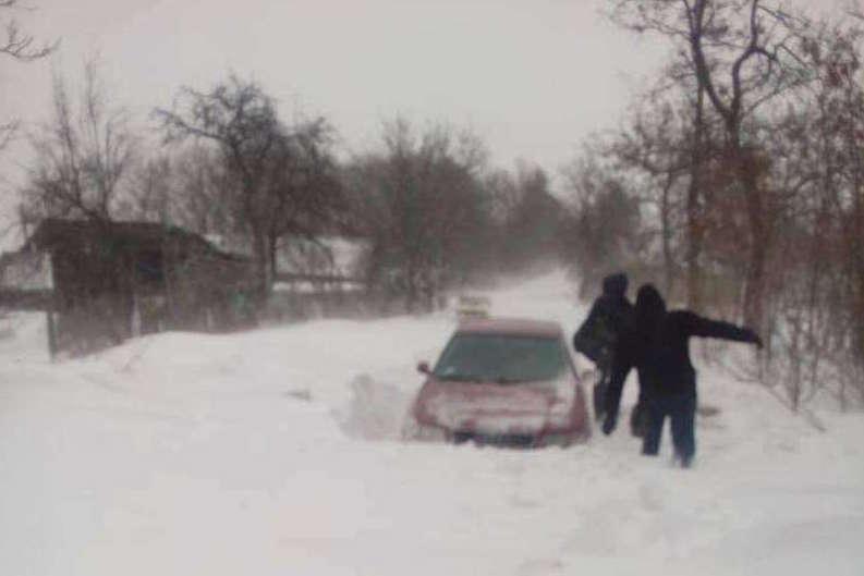 Через замети на Буковині люди пішки добиралися на роботу (фото)