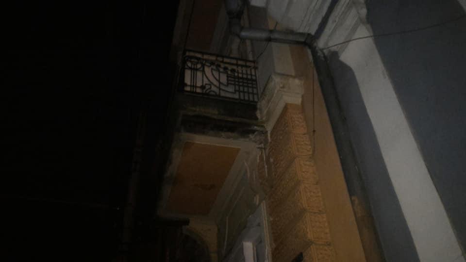 У центрі Чернівців шматок балкона ледь не впав на перехожого