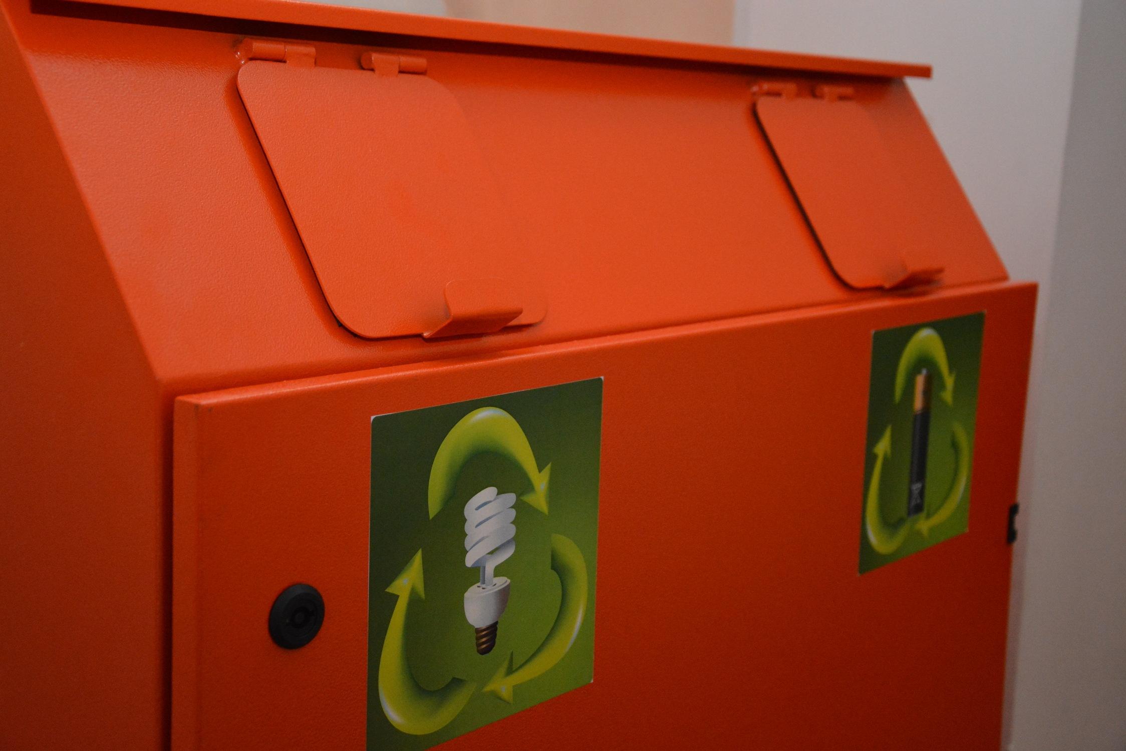 У Чернівцях встановили еко-бокси для збирання люмінесцентних ламп та батарейок