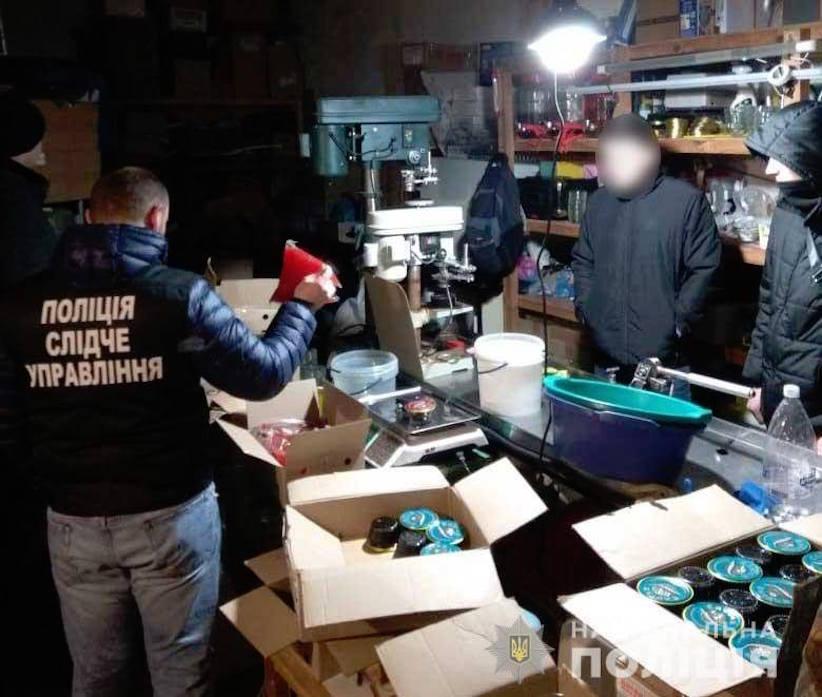 У Чернівцях під брендом відомих марок продавали фальсифіковану ікру – поліція