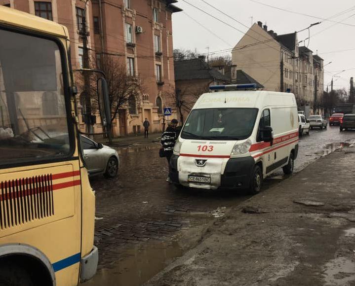 Водій раптово загальмував: у Чернівцях дівчина знепритомніла, вдарившись головою у маршрутці (фото)