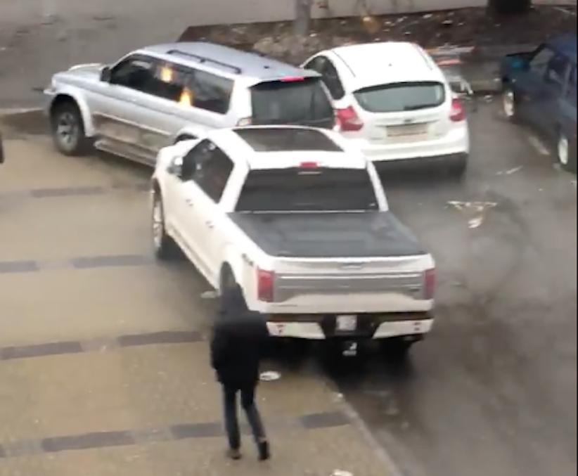 Торговий центр у Чернівцях просить водіїв паркуватися толерантно (відео)