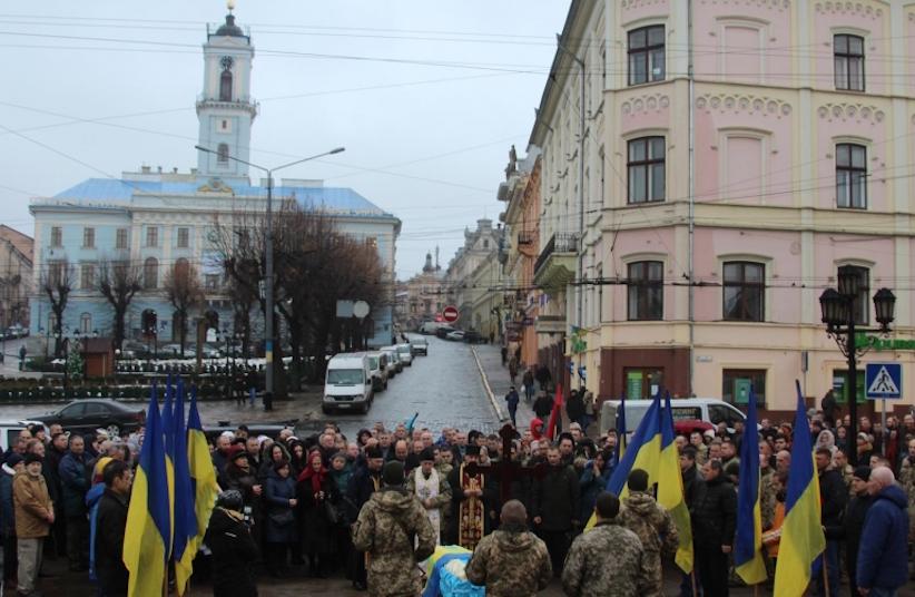 На Центральній площі Чернівців останню шану віддали бійцю Ігорю Тарновецькому