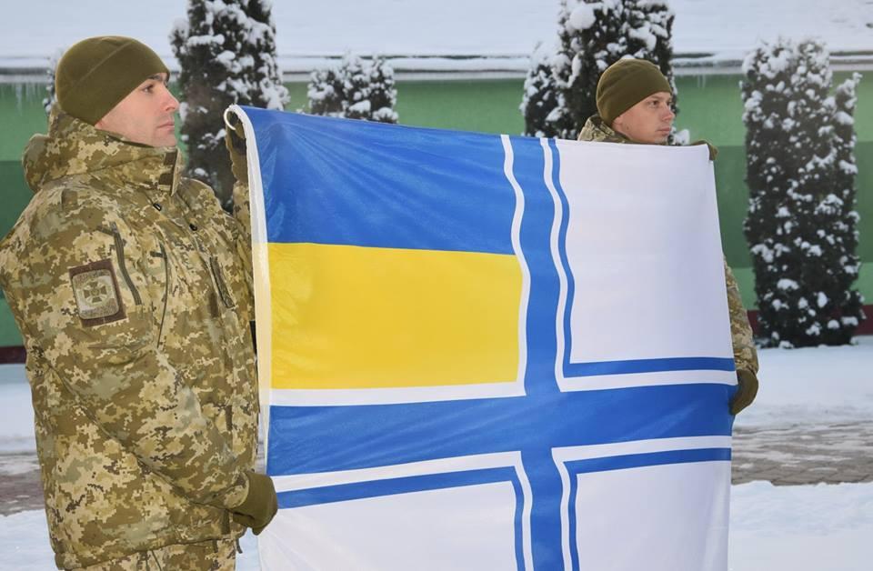 На підтримку моряків: у Чернівцях прикордонники розгорнули стяг ВМС України