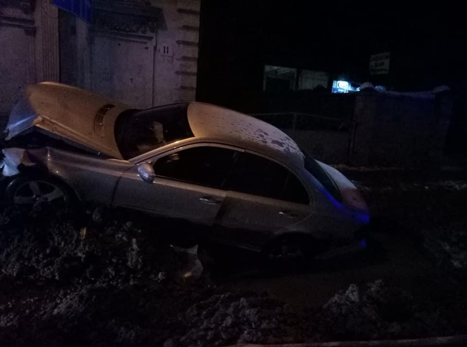 У Чернівцях серед ночі автівка влетіла в яму на вулиці Каспрука