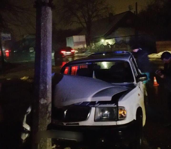 У Чернівцях п'яний водій в'їхав у електроопору (фото)